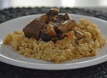 Guisado de carne con trigo burgol - Laura Di Cola